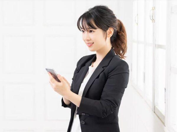 スマホでブログを見る女性